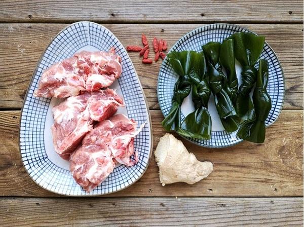 Mẹ đảm học người Hàn nấu món canh xương mát lành, thơm ngọt cho ngày hè nóng nực - Ảnh 1