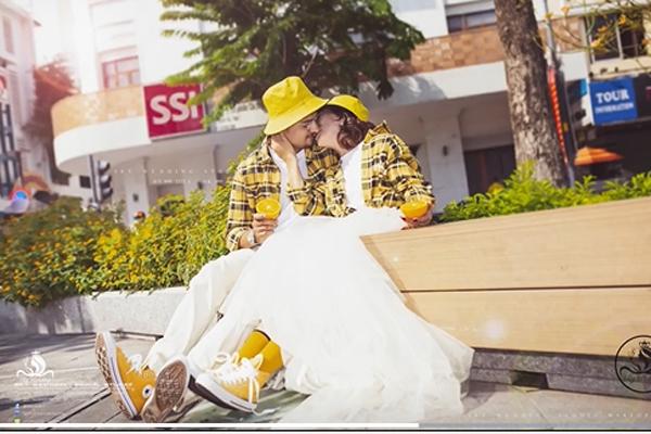 Loạt ảnh cưới chất như tuổi teen của cô dâu Việt 65 tuổi với chồng Tây 28 tuổi, tiết lộ bất ngờ của phó nháy - Ảnh 5