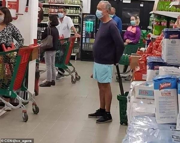 Tổng thống Bồ Đào Nha xếp hàng trong siêu thị như mọi người - Ảnh 1