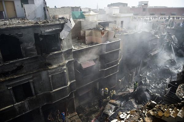 Thoát chết thần kỳ trong vụ rơi máy bay chở khách tại Pakistan - Ảnh 2