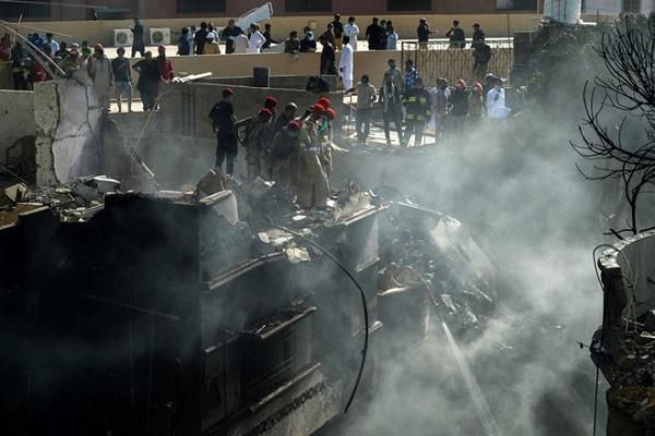 Thoát chết thần kỳ trong vụ rơi máy bay chở khách tại Pakistan - Ảnh 1