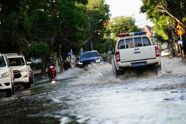 """""""Khu nhà giàu"""" Thảo Điển ngập nước do triều cường, người dân hì hục đẩy xe chết máy - Ảnh 5"""