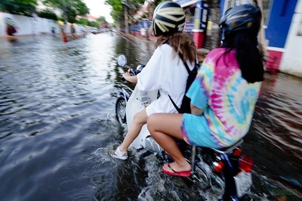 """""""Khu nhà giàu"""" Thảo Điển ngập nước do triều cường, người dân hì hục đẩy xe chết máy - Ảnh 6"""
