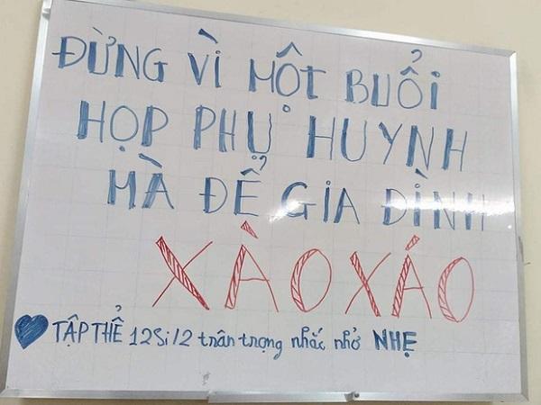 """Sợ """"hạnh phúc gia đình tan vỡ"""", học trò để sẵn tấm bảng nhắn nhủ dễ thương ngay trước buổi họp phụ huynh - Ảnh 1"""