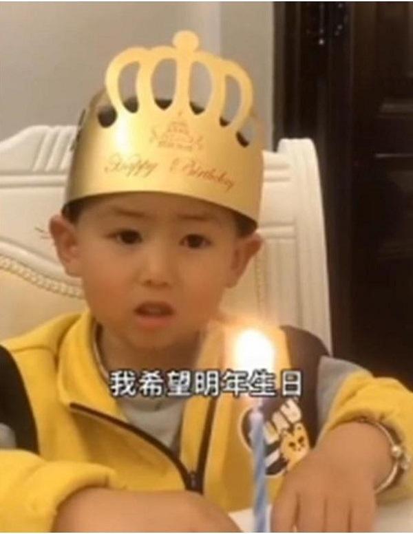 """Đang hào hứng chào đón sinh nhật, con trai bỗng """"khóc thét"""" khi nhìn thấy chiếc bánh bố tặng - Ảnh 1"""