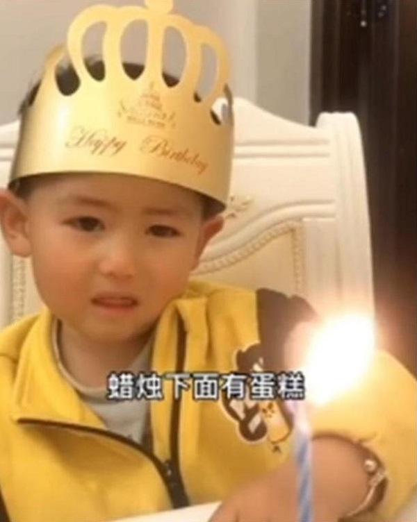"""Đang hào hứng chào đón sinh nhật, con trai bỗng """"khóc thét"""" khi nhìn thấy chiếc bánh bố tặng - Ảnh 2"""