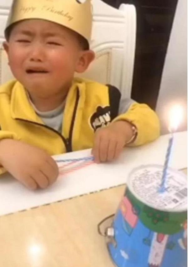 """Đang hào hứng chào đón sinh nhật, con trai bỗng """"khóc thét"""" khi nhìn thấy chiếc bánh bố tặng - Ảnh 3"""