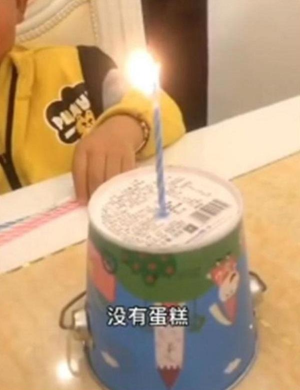 """Đang hào hứng chào đón sinh nhật, con trai bỗng """"khóc thét"""" khi nhìn thấy chiếc bánh bố tặng - Ảnh 4"""