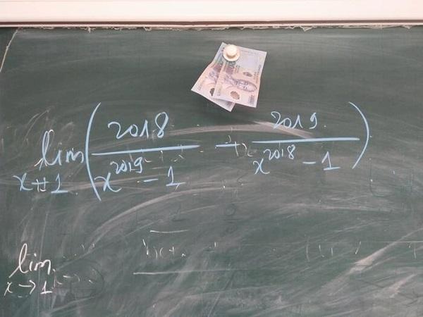 """Thầy giáo 'mạnh tay' đặt thứ này để """"dụ"""" học sinh lên bảng, không ngờ gây tranh cãi dữ dội - Ảnh 2"""