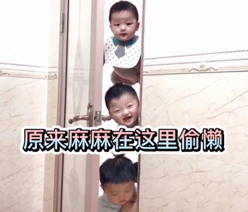 Mẹ đang trong nhà vệ sinh, 3 nhóc tì lần lượt xuất hiện ngoài cửa khiến ai nấy cũng phải phì cười - Ảnh 3