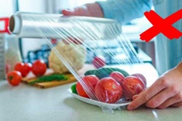 4 sai lầm nghiêm trọng khi dùng màng bọc thực phẩm 'giết' sức khỏe nhanh khủng khiếp - Ảnh 1