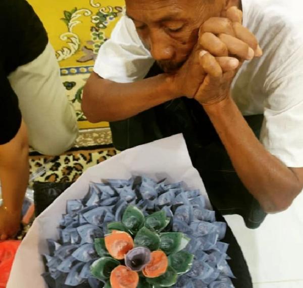 Câu chuyện xúc động phía sau hình ảnh cha già cặm cụi giúp con gái chuẩn bị bó hoa tiền - Ảnh 2