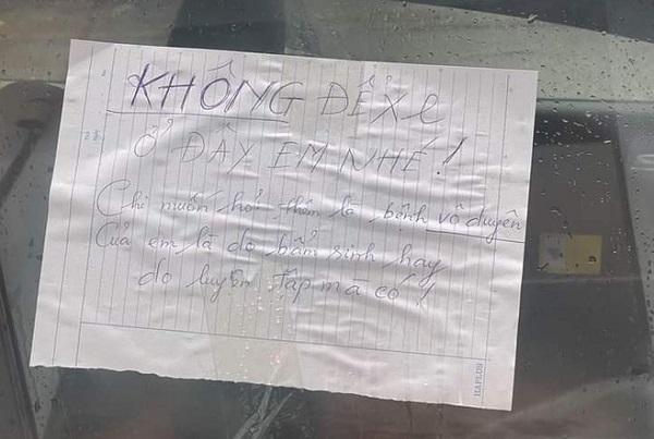 """Đậu xe không đúng chỗ rồi rời đi, tài xế """"tái mặt"""" với dòng chữ viết trên tờ giấy dán nơi kính xe - Ảnh 2"""