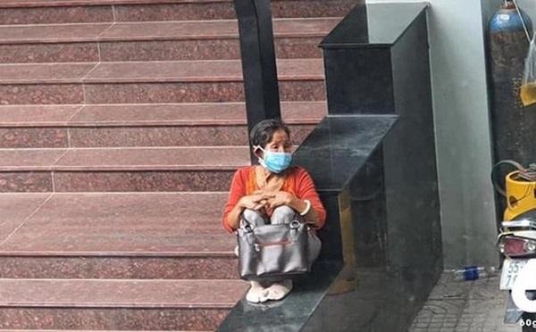 Cụ bà lặng lẽ ngồi một góc trường đại học, biết lý do ai cũng cay khóe mắt - Ảnh 1
