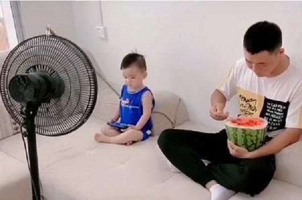 """Chỉ là clip ăn dưa hấu nhưng cặp cha con đáng yêu đã khiến cộng đồng mạng """"lịm tim"""" - Ảnh 2"""