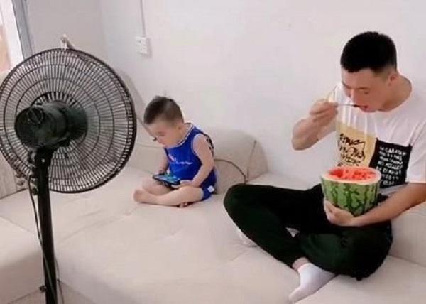 """Chỉ là clip ăn dưa hấu nhưng cặp cha con đáng yêu đã khiến cộng đồng mạng """"lịm tim"""" - Ảnh 3"""