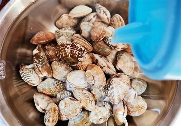 """Mẹo hay khiến ngao """"nôn"""" sạch cát cực nhanh, ăn tuyệt ngon - Ảnh 1"""