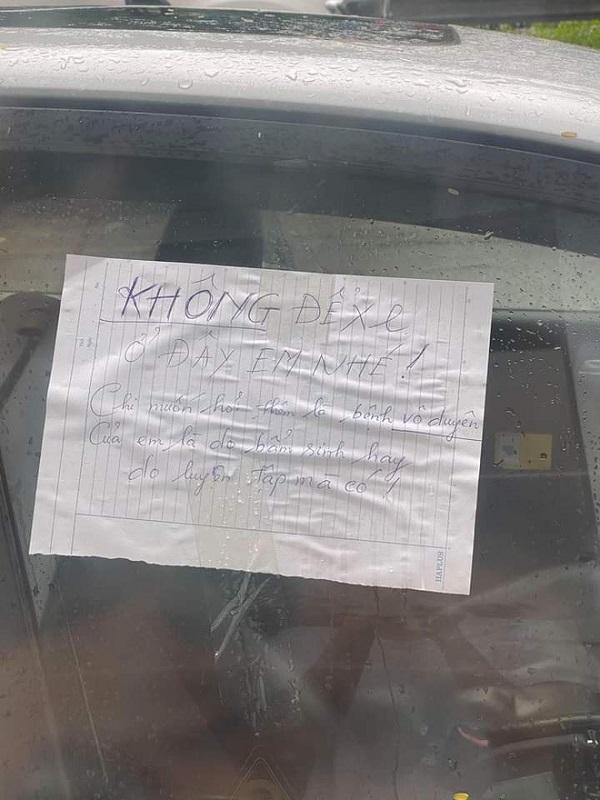 """Đỗ ô tô không đúng chỗ, tài xế """"tái mặt"""" khi nhìn những """"món quà"""" được đặt khắp nơi - Ảnh 3"""