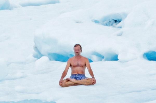 """Người đàn ông """"cắn răng"""" ngâm mình trong thùng đá lạnh suốt 2 tiếng rưỡi để phá kỷ lục Guinness - Ảnh 2"""