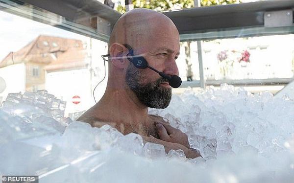 """Người đàn ông """"cắn răng"""" ngâm mình trong thùng đá lạnh suốt 2 tiếng rưỡi để phá kỷ lục Guinness - Ảnh 1"""