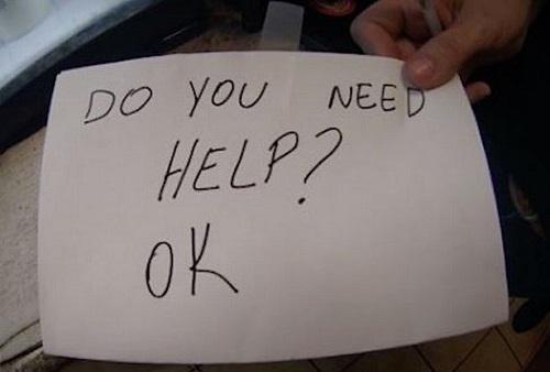 Thấy bé 11 tuổi có nhiều biểu hiện lạ, nữ bồi bàn lén đưa mảnh giấy nhờ đó mà cứu mạng được em - Ảnh 2
