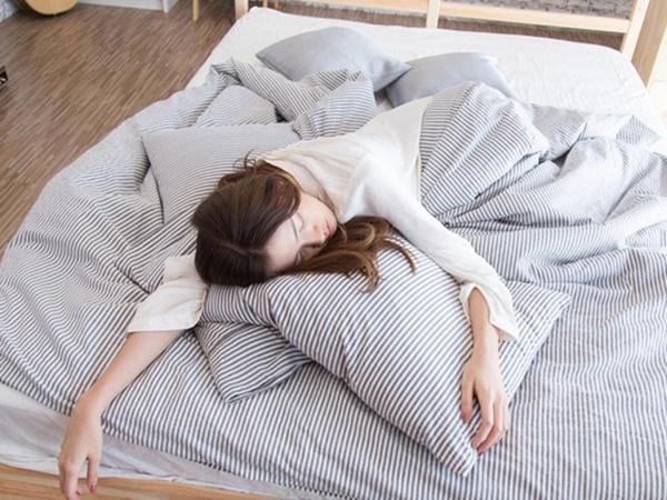 """7 tác hại đáng sợ của việc """"ngủ nướng"""" vào cuối tuần khiến bạn vội vàng """"rũ bỏ""""thói quen này - Ảnh 1"""