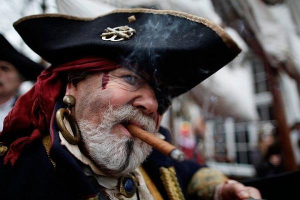 Vì sao không bị mù nhưng cướp biển luôn bịt một bên mắt? - Ảnh 1