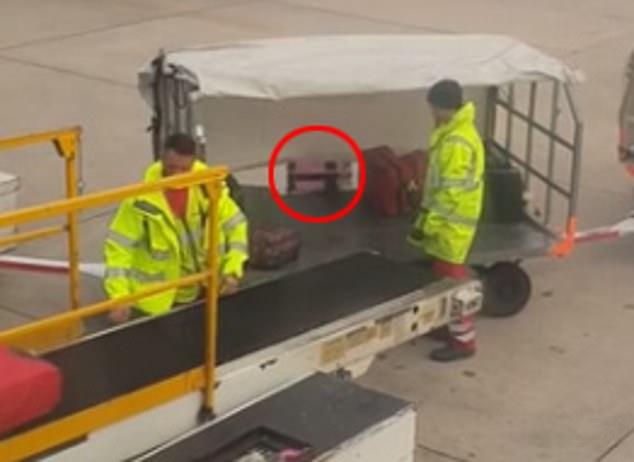 Cận cảnh nhân viên sân bay Hong Kong quăng hành lý của khách như rác gây phẫn nộ - Ảnh 1