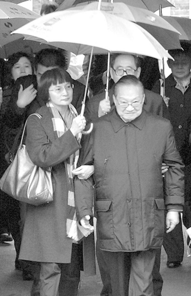 3 cuộc hôn nhân đầy trắc trở của ông vua truyện chưởng Kim Dung - Ảnh 3