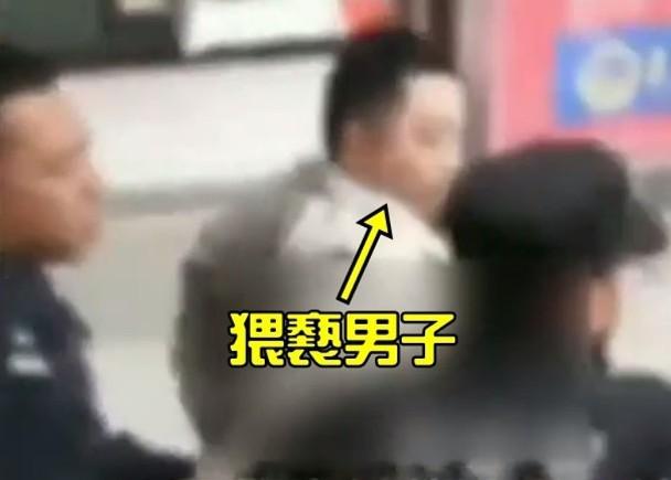 Dân mạng bức xúc trước clip bé gái 5 tuổi bị người đàn ông trung niên sàm sỡ dài ngày trên xe buýt - Ảnh 2