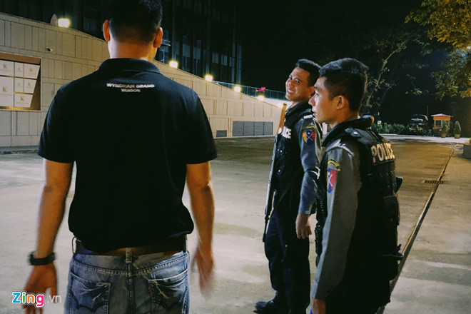 Cảnh sát Myanmar trang bị súng máy bảo vệ đội tuyển Việt Nam - Ảnh 2