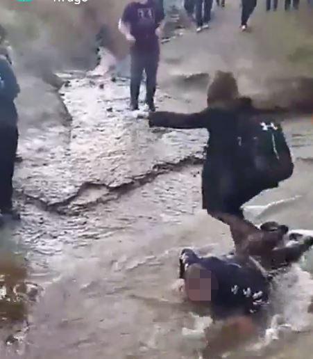 Phẫn nộ cảnh bé trai bại não bị nhóm bạn ép nằm xuống bùn để giẫm chân bước qua - Ảnh 2