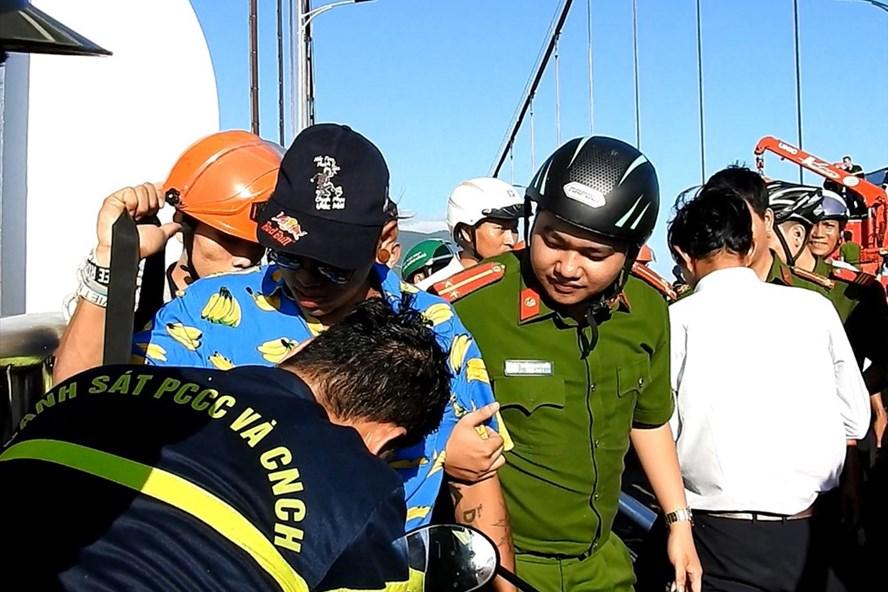 """Quay clip nhảy nhót """"câu view"""", nam thanh niên leo lên đỉnh trụ cầu Thuận Phước - Ảnh 1"""
