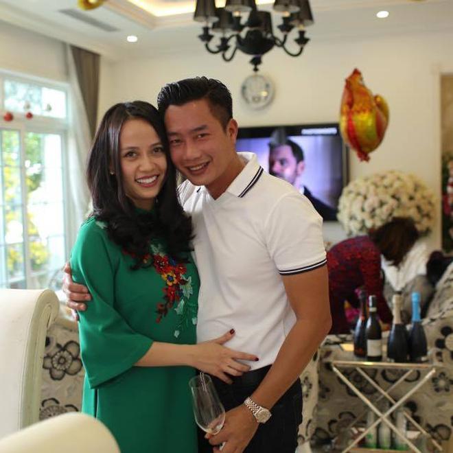 MC Hoa Thanh Tùng khoe ảnh cận mặt vợ xinh đẹp sau 15 năm kết hôn - Ảnh 1