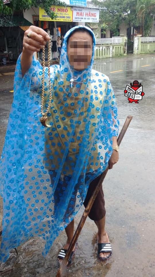 Quảng Trị: Bỗng dưng nhặt được dây chuyền nghi bằng vàng trong mưa lũ - Ảnh 2