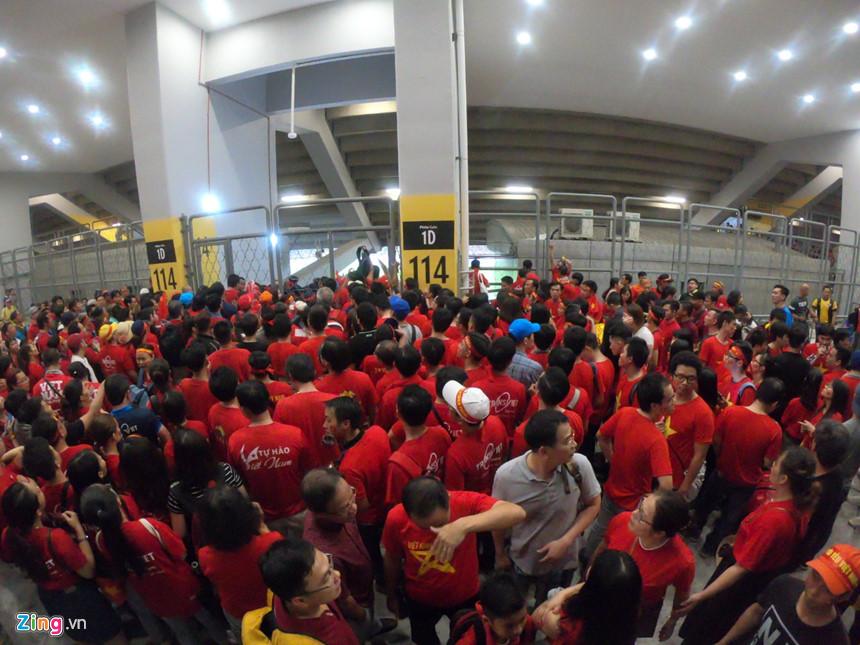 Hàng trăm CĐV áo đỏ bất lực vì có vé mà không được vào sân cổ vũ tuyển Việt Nam - Ảnh 1
