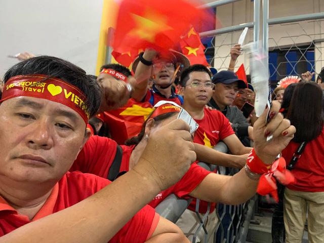 Hàng trăm CĐV áo đỏ bất lực vì có vé mà không được vào sân cổ vũ tuyển Việt Nam - Ảnh 2