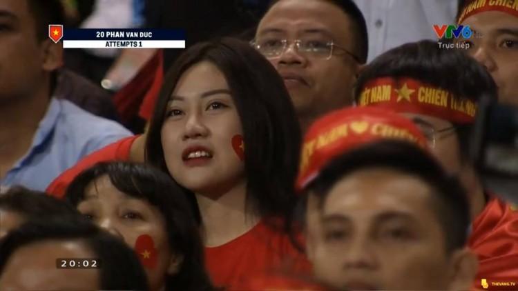 Xuất hiện chớp nhoáng trên màn ảnh, nữ CĐV Malaysia được dân mạng ráo riết truy lùng - Ảnh 4