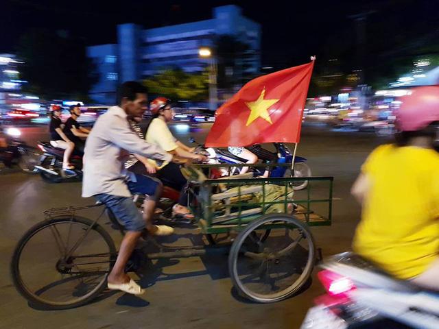"""""""Biển người"""" đổ ra đường ăn mừng chiến thắng nghẹt thở của đội tuyển Việt Nam  - Ảnh 2"""