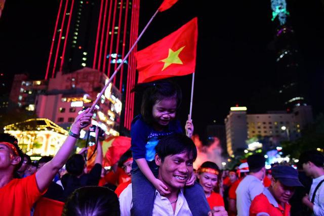 """""""Biển người"""" đổ ra đường ăn mừng chiến thắng nghẹt thở của đội tuyển Việt Nam  - Ảnh 4"""
