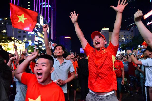 """""""Biển người"""" đổ ra đường ăn mừng chiến thắng nghẹt thở của đội tuyển Việt Nam  - Ảnh 5"""