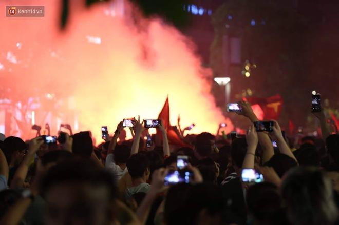 """""""Biển người"""" đổ ra đường ăn mừng chiến thắng nghẹt thở của đội tuyển Việt Nam  - Ảnh 6"""