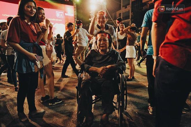 """""""Biển người"""" đổ ra đường ăn mừng chiến thắng nghẹt thở của đội tuyển Việt Nam  - Ảnh 7"""