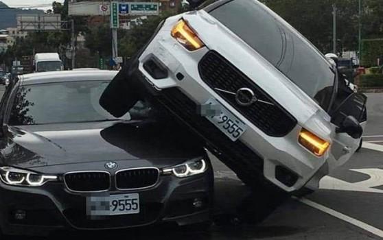 Vợ hùng hổ lái ô tô chồm lên xe của chồng vì nghi chở nhân tình và cái kết đắng - Ảnh 1