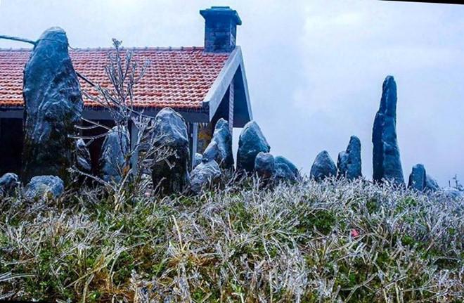 """Hàng ngàn người ngắm băng phủ kỳ ảo trên đỉnh Mẫu Sơn trong cái rét """"cắt thịt"""" - Ảnh 1"""
