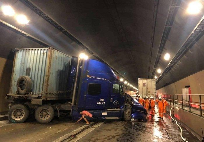 Hầm đường bộ Hải Vân: Xe đầu kéo tông xe tải, giao thông tê liệt 3 giờ - Ảnh 1