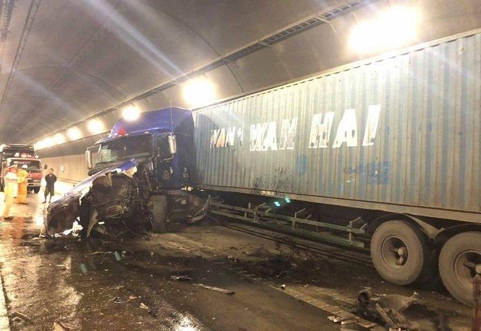 Hầm đường bộ Hải Vân: Xe đầu kéo tông xe tải, giao thông tê liệt 3 giờ - Ảnh 2