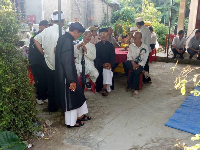 Vụ tai nạn 13 người chết ở Quảng Nam: Cả làng xót xa đưa người gặp nạn về nơi an nghỉ - Ảnh 1