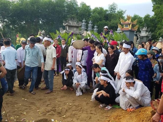 Vụ tai nạn 13 người chết ở Quảng Nam: Cả làng xót xa đưa người gặp nạn về nơi an nghỉ - Ảnh 6