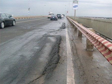 Sau nhiều lần sửa chữa, cầu Thăng Long vẫn bị hư hỏng nặng - Ảnh 1